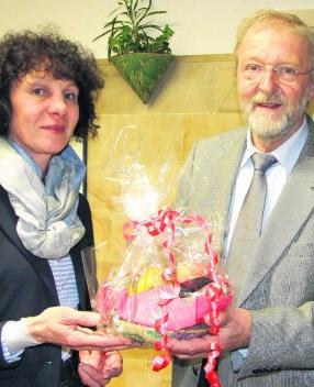 Claudia Hecht, Vorsitzende SPD-Ortsverein Waldshut, überreicht Alfred Winkler (MdL) nach seinem Vortrag ein Geschenk.